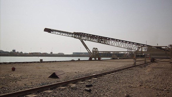 Rail mounted parallel travel telescopic shiploader